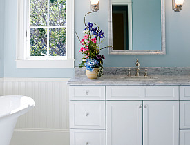 The neutral color scheme takes this bathroom from normal to spa-like. (Photo: Terryj/istockphoto.com)
