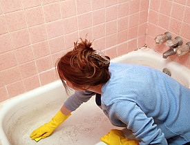 You can scrub a nasty tub like this with effective natural DIY scrubbing cleansers. (Photo: sdominick/istockphoto.com)