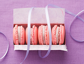 Macarons are a nice hostess gift. (Photo: Redphotographer/istockphoto.com)