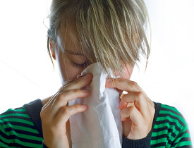 An allergy sufferer sneezes. (Photo: evah/sxc.hu)