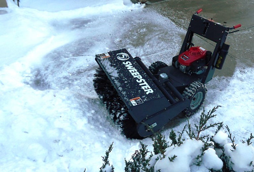 Power snow brush by Tomwsulcer/Wikimedia Commons