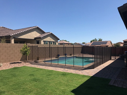 Movable mesh pool fence by Meb55/Wikimedia Commons