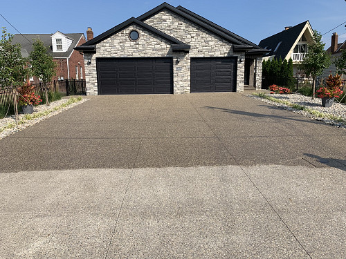 Exposed aggregate driveway Deccon Concrete Restoration [CC BY-SA 4.0 (https://creativecommons.org/licenses/by-sa/4.0)]