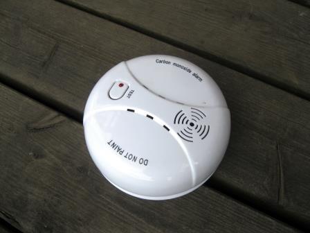 Carbon monoxide alarm  Santeri Viinamäki [CC BY-SA (https://creativecommons.org/licenses/by-sa/4.0)]