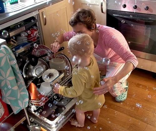 Dishwasher sudsing  Pedro Reyna / flickr