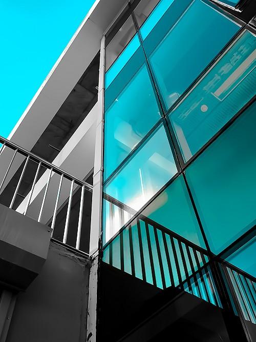 Greenish low e glass by Ruwadium/pixabay