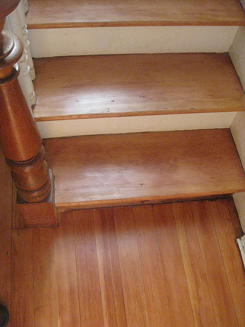Laminate on stairs by Larnie & Bodil Fox/flickr