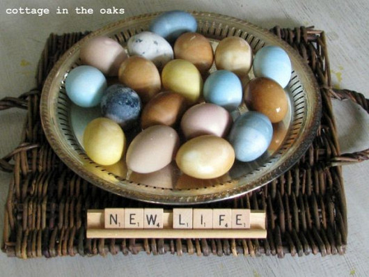 Natural dyed eggs and photo by Cottage in the Oaks via Hometalk.com.